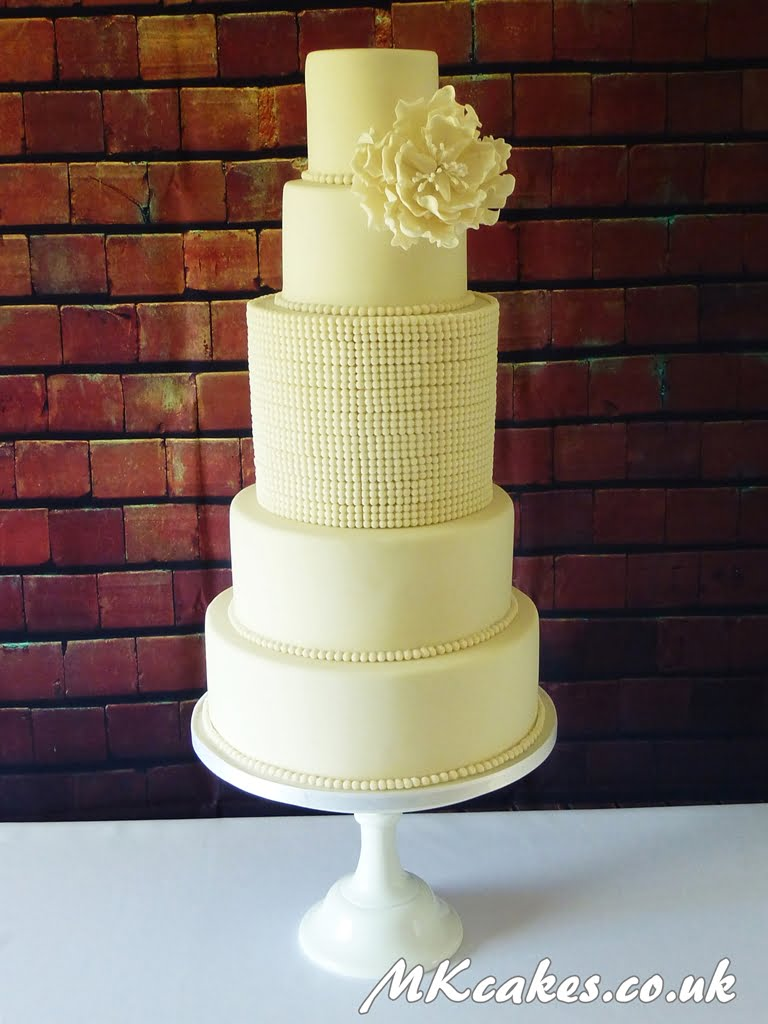 Pearls with peony cake